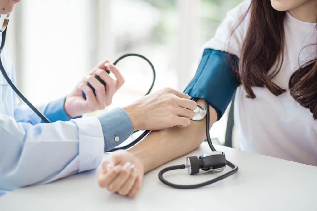 aukštas kraujospūdis ryte hipertenzija su sutrauktu inkstu