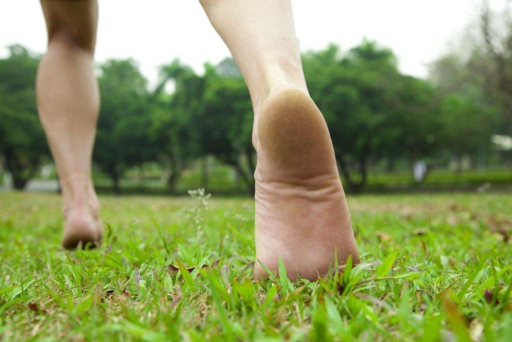 Vaikščiojimas basomis – nemokamas pėdų masažas, verta ne tik paplūdimyje